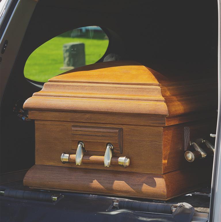 trumna w karawanie pogrzebowym
